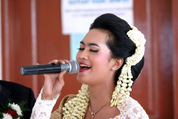 Harga untuk make up pengantin dibandrol Rp. 1 juta, untuk tambahan Rp